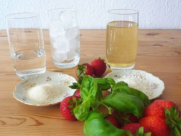 Kokoswasser-Erdbeer-Basilikum Drink-Zutaten