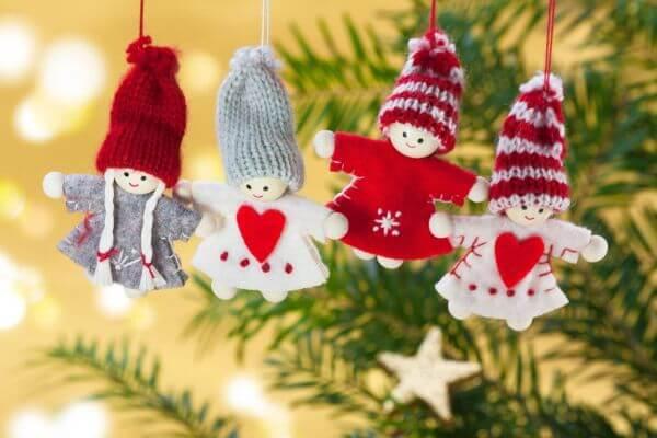 Deutsche Weihnachtstradition mit Baumschmuck