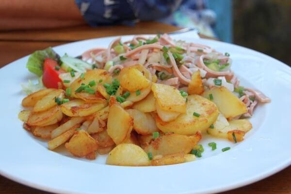 Bayrischer Wurstsalat mit Bratkartoffeln zum Feierabend im Biergarten genießen!
