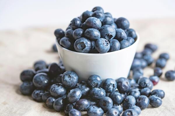 Die Beeren perfektionieren den Geschmack veganer Blaubeermuffins!