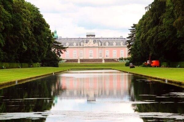 Langgestreckt und rechtecktig: Der Spiegelweiher sorgt für einen romantischen Blick auf das Benrather Schloss!