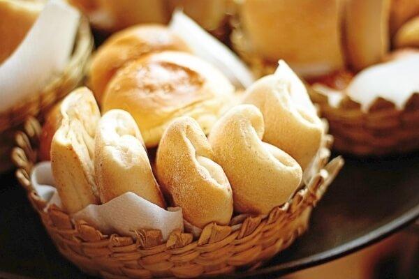 Aus alt mach neu: Backen Sie aus alten Brotresten einen leckeren Kirschenmichel mit Quark!