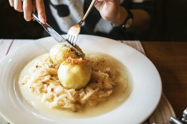 Schlesischer Mohnkuchen und schlesischer Knödel aus der schlesischen Küche